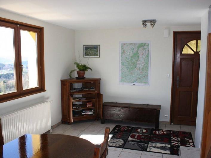 Location de vacances - Gîte à Cleurie - hall d'entrée depuis la terrasse avec carte IGN + les choses a voir et a faire.