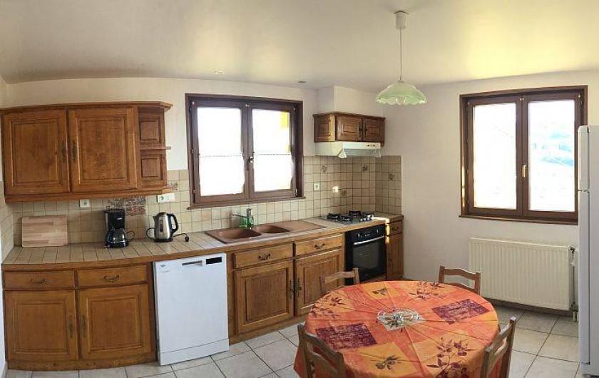 Location de vacances - Gîte à Cleurie - Cuisine toute équipé avec un gros réfrigérateur, des plats et casserole adaptés.