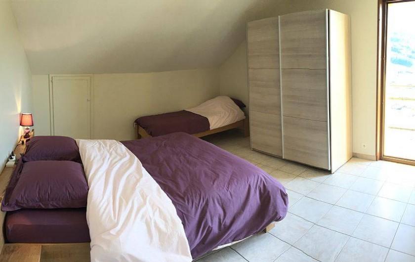 Location de vacances - Gîte à Cleurie - Chambre Myrtilles, avec un couchage 160x200 et un lit 90x190, avec accès balcon