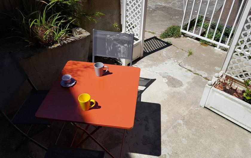 Location de vacances - Appartement à Cancale - cour avec salon de jardin