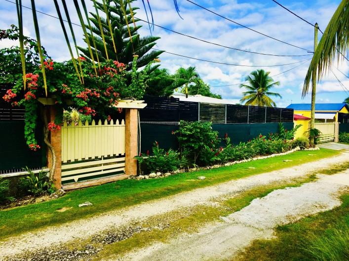 Location de vacances - Villa à Douville - Façade extérieur, chemin d'accès.