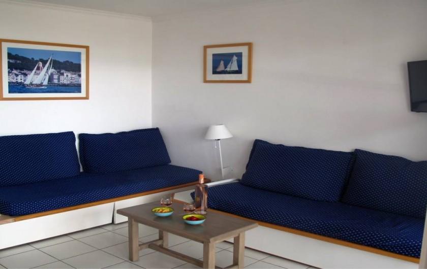 Location de vacances - Appartement à Agay - Salon avec vue sur la terrasse...