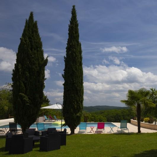 Location de vacances - Chambre d'hôtes à Simeyrols - Piscine avec vue sur la vallée