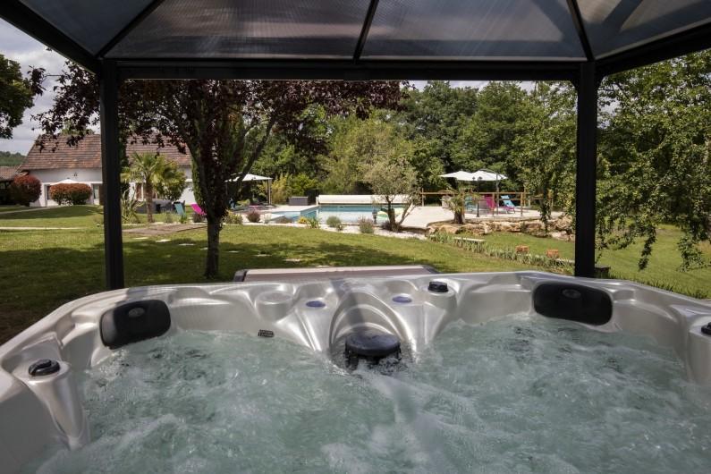 Location de vacances - Chambre d'hôtes à Simeyrols - Jacuzzi avec vue sur la piscine