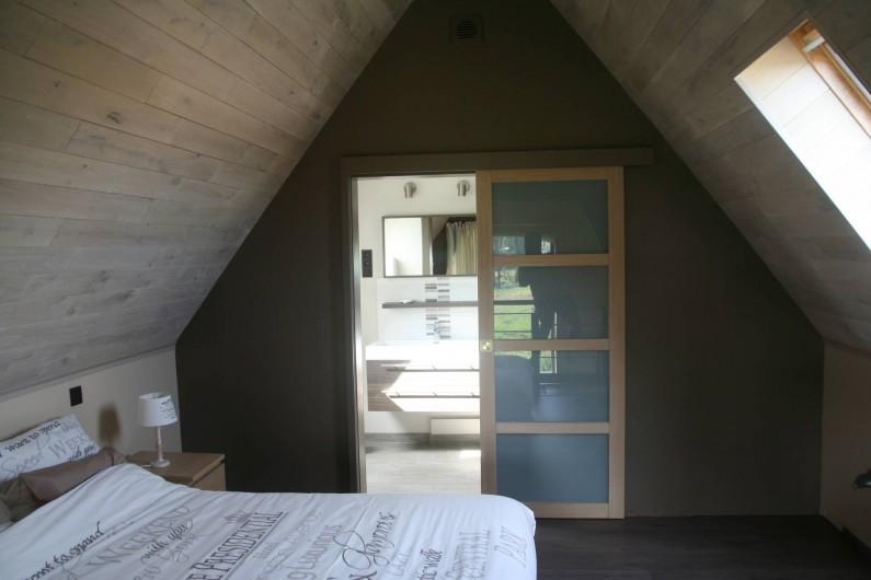 Location de vacances - Gîte à Wodecq - Accès à la salle de bain et à la toilette depuis la chambre.