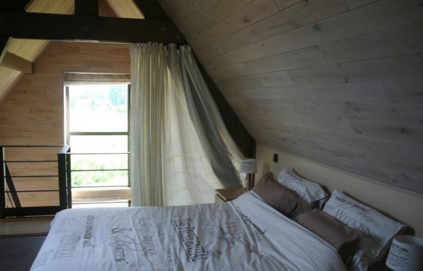 Location de vacances - Gîte à Wodecq - Chambre à coucher  (16 m²) avec mezzanine et vue magnifique sur les collines.