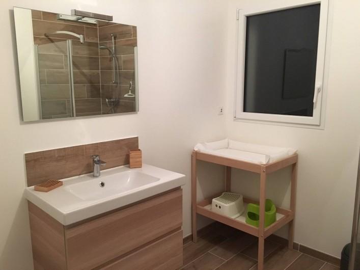 Location de vacances - Villa à Créances - La salle de bain et la table à langer