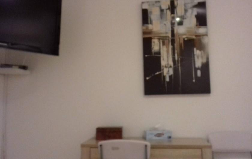Location de vacances - Appartement à Porto-Vecchio - Télévision, table de bureau, chaises dans la chambre à coucher