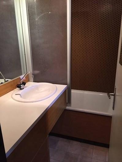 Location de vacances - Appartement à Taninges - Salle de bain avec baignoire