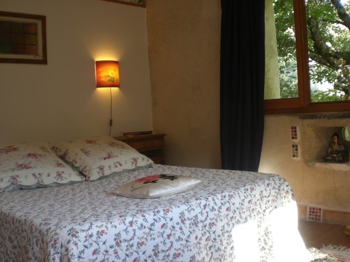 Location de vacances - Gîte à Saint-Julien-en-Quint - la chambre principale, avec 2 fenêtres
