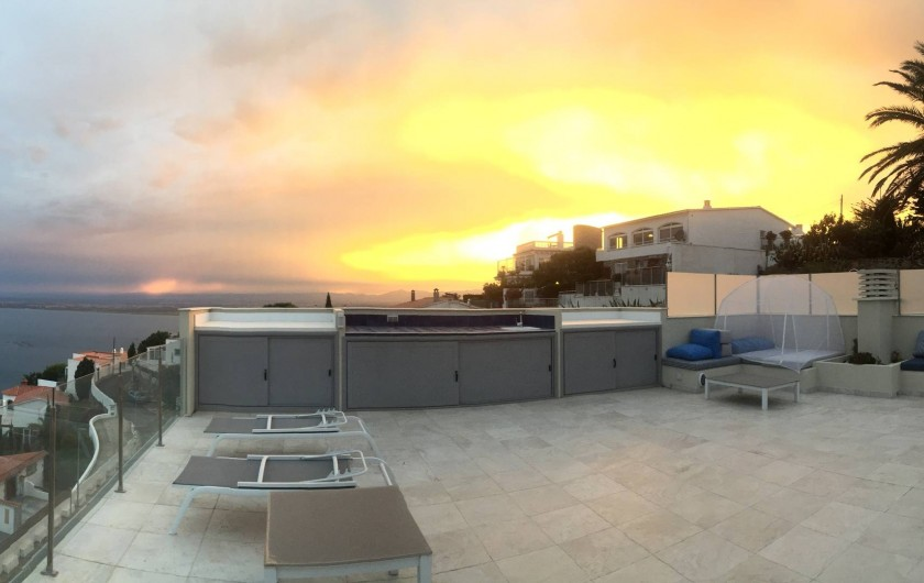 Location de vacances - Villa à Roses - coucher du soleil sur le solarium et cuisine d'été