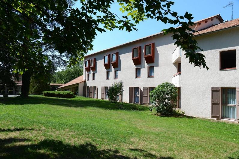 Location de vacances - Hôtel - Auberge à Thiers - L'hôtel est séparé du restaurant et toutes les chambres donnent sur le parc