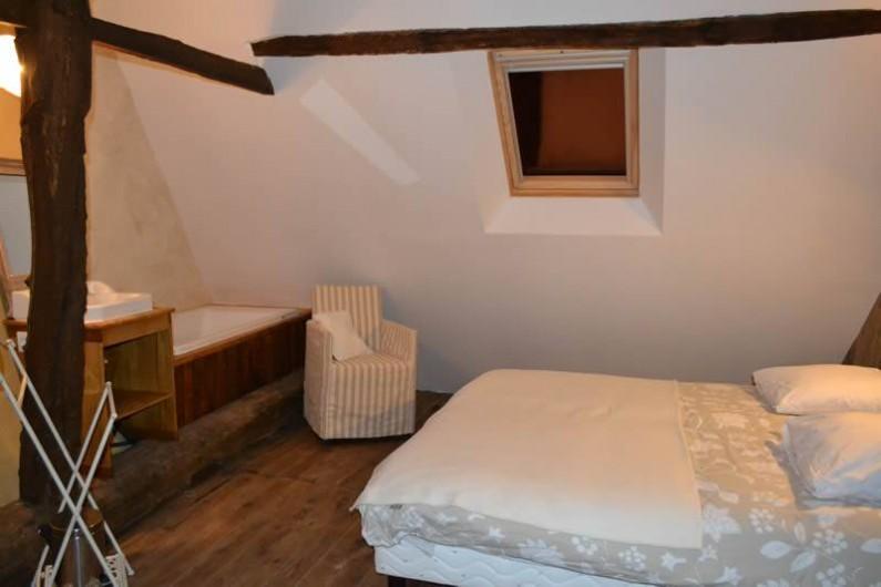 Location de vacances - Gîte à La Baconnière - Chambre 1er étage avec salle de bains (baignoire)