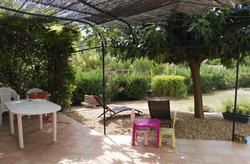 Location de vacances - Villa à Pujaut - Terrasse ombragée