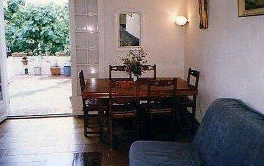 Location de vacances - Maison - Villa à Montferrat - Le sejour donnant sur la terrace avec meubles de jardin et bbq