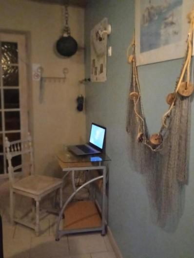 """Location de vacances - Gîte à Pont-Remy - Gîte 6/8 pers.   """"AUX 10 PONTS""""  chambre salon- Au galets"""