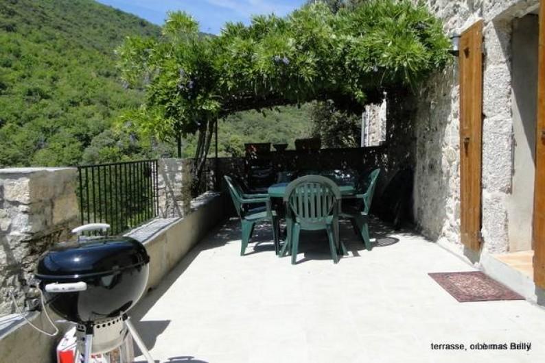 Location de vacances - Gîte à Notre-Dame-de-la-Rouvière - Terrasse, soleil et ombre