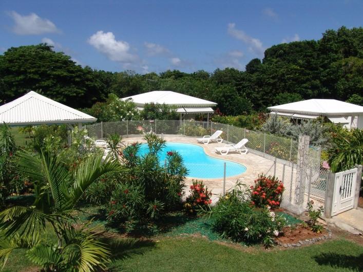 Location de vacances - Bungalow - Mobilhome à Le François - Les bungalows autour de leur piscine et du jacuzzi.