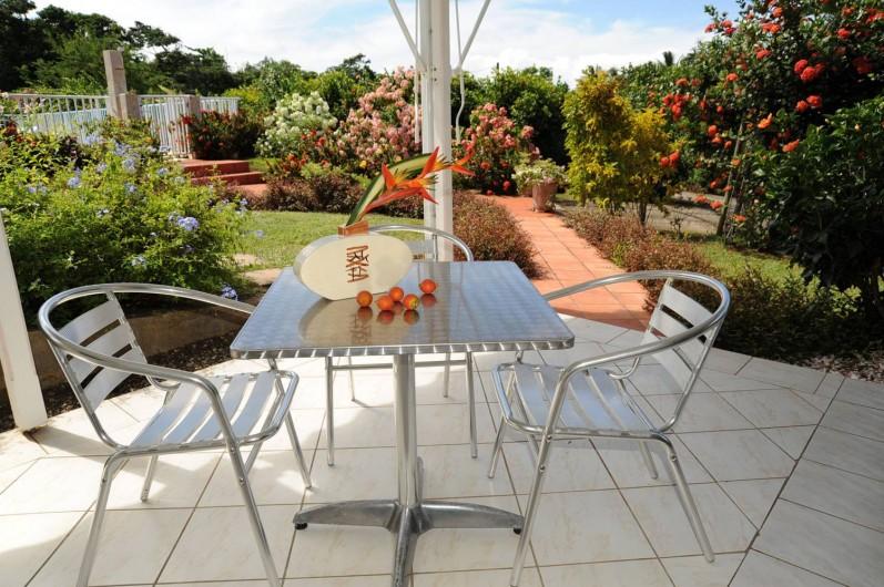 Location de vacances - Bungalow - Mobilhome à Le François - la terrasse et l'environnement d'une des villas.