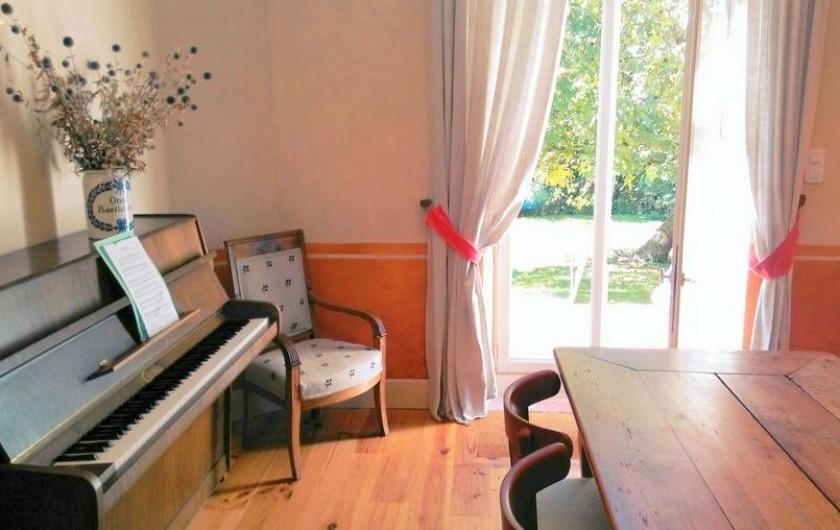 Location de vacances - Chalet à Chivres-Val - La sortie du salon vers la terrasse. Le piano.