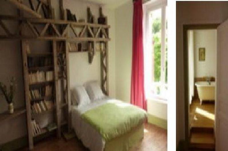 Location de vacances - Chalet à Chivres-Val - Chambre avec un grand lit ou deux lits séparés et salle de bain. 1er étage
