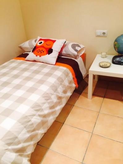 Location de vacances - Appartement à Besalú - Chambre intérieur double, avec deux lits individuels, et une grande armoire.
