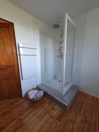 Location de vacances - Chambre d'hôtes à Vernet-la-Varenne - Salle de bain côté douche