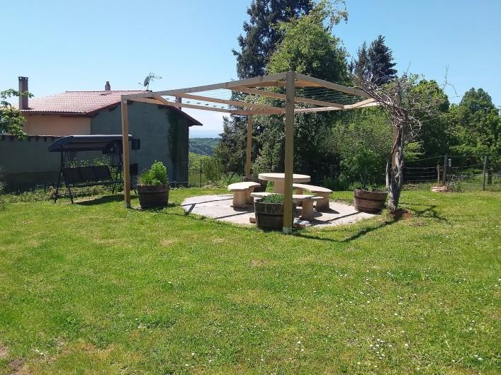 Location de vacances - Chambre d'hôtes à Vernet-la-Varenne - Tonnelle et barbecue