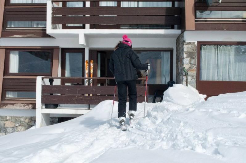 Location de vacances - Appartement à Le Lavachet - L'arrivée à l'appartement.skis aux pieds ,sur la terrasse....