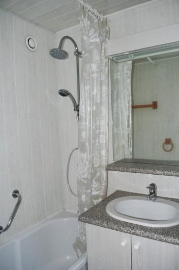 Location de vacances - Appartement à Le Lavachet - Salle de bain avec douche sur baignoire. Le wc est indépendant.