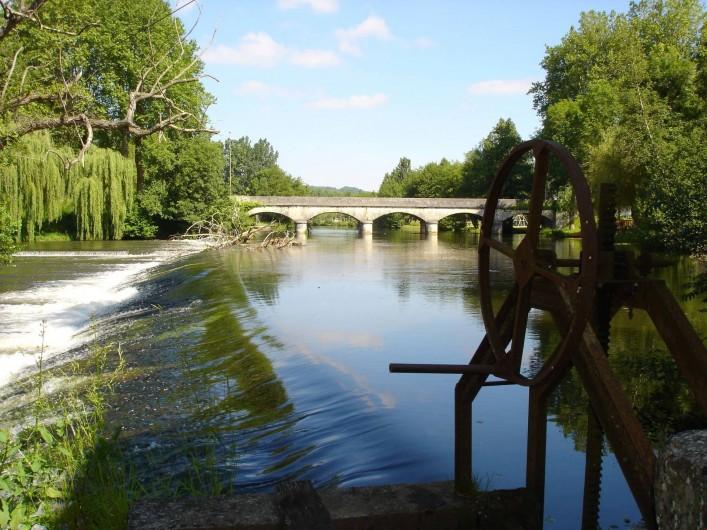 Location de vacances - Gîte à Lisle - Le barrage vue du parc