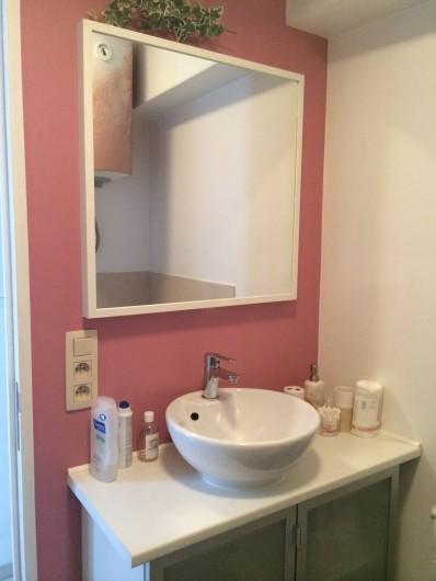Location de vacances - Studio à Namur - Cabine de douche en verre pierres et carreaux, vasque à poser, wc.