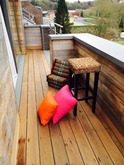 Location de vacances - Studio à Namur - Terrasse à l'arrière, vue sur les jardins et la colline