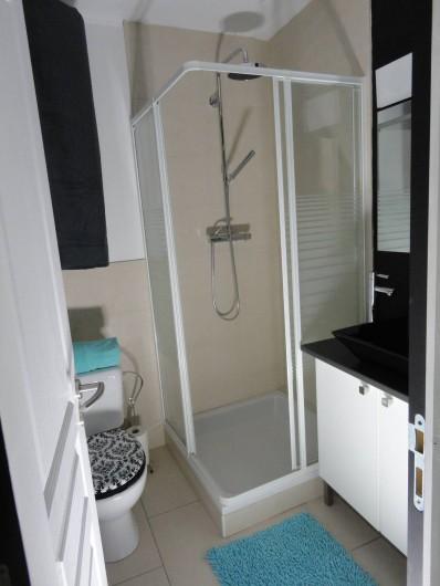 Location de vacances - Studio à Namur - Salle de douche en carreaux et pierres naturelles