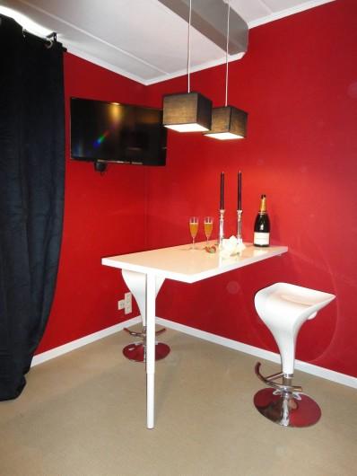 Location de vacances - Studio à Namur - Table mange-debout . TV