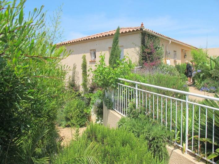 Location de vacances - Villa à Pietrosella - descente vers le jardin inf et placette avec four corse