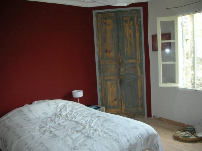 Location de vacances - Villa à Fontanes - chambre rouge, fenêtre sur cour