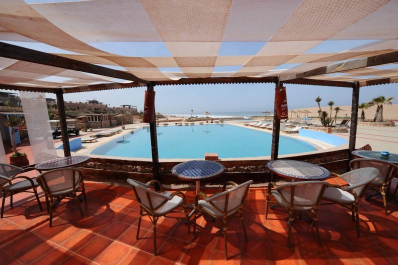 Location de vacances - Villa à Mirleft - La piscine et le Restaurant de la plage  accessible à nos locataires