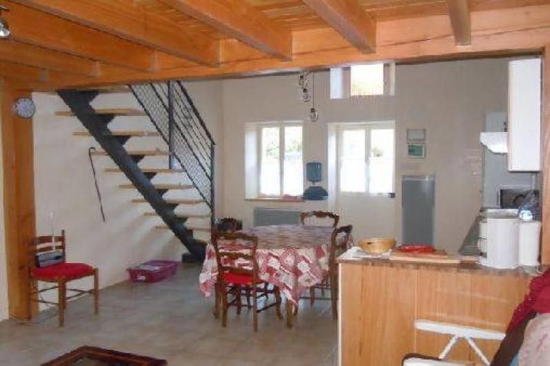 Location de vacances - Gîte à Châteldon - Vue cuisine avec escalier      accès à la mezzanine