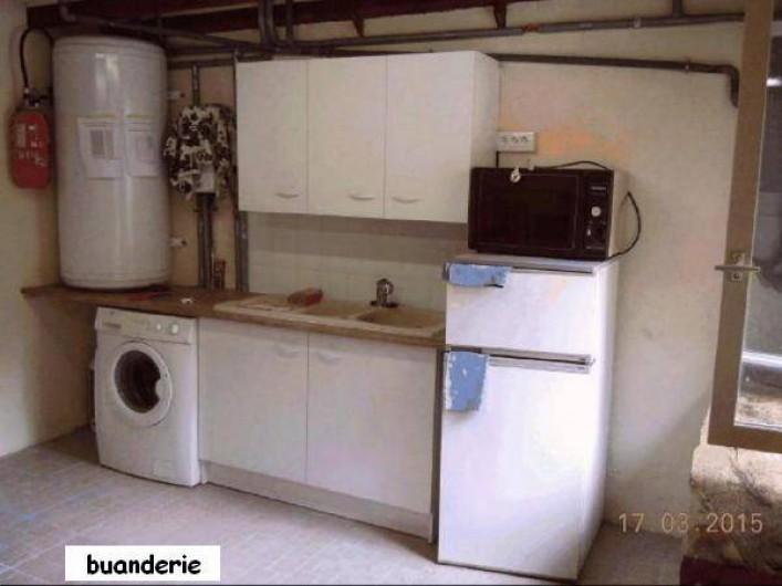 Location de vacances - Gîte à Châteldon - Buanderie  - évier eau chaude et froide - lave linge - frigo- congélateur