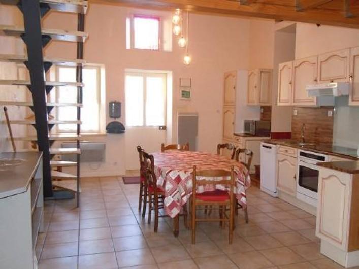 Location de vacances - Gîte à Châteldon - Cuisine ouverte entièrement équipée en          électro - ménagé