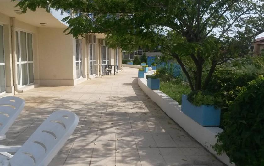 Location de vacances - Appartement à Varna - de la piscine vers l'appartement - passage par le jardin