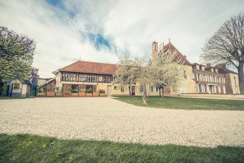 Location de vacances - Chambre d'hôtes à Sainte-Maure - facade des chambre d'hôtes attenant au château