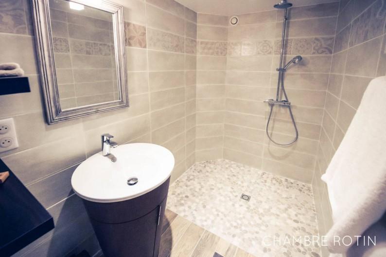 Location de vacances - Chambre d'hôtes à Sainte-Maure - Salle de bain chambre Rotin
