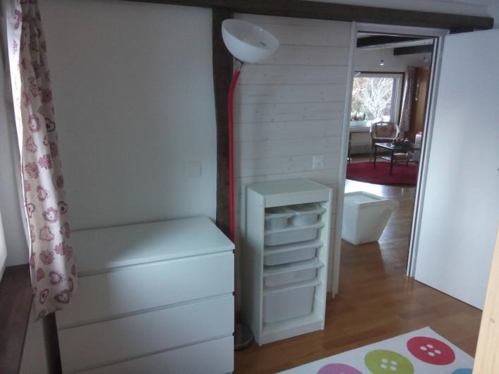 Location de vacances - Appartement à Vercorin - Chambre des enfants - étagère avec jouets