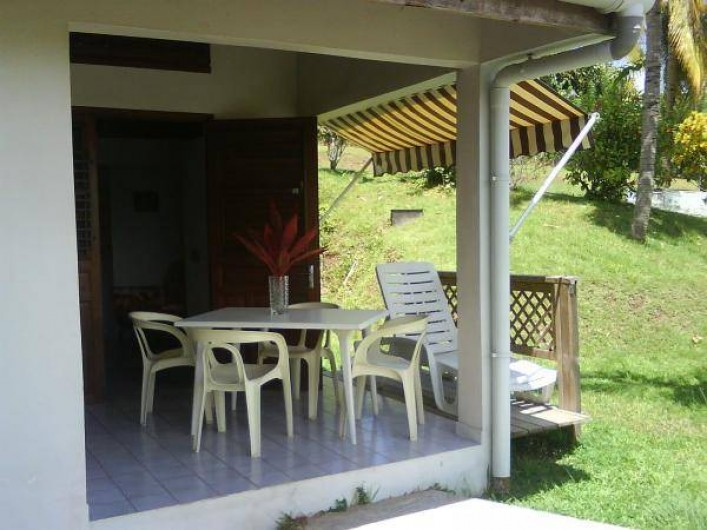 Location de vacances - Studio à La Trinité - Mobilier et terrasse ouverte - (donnant sur cuisinette)