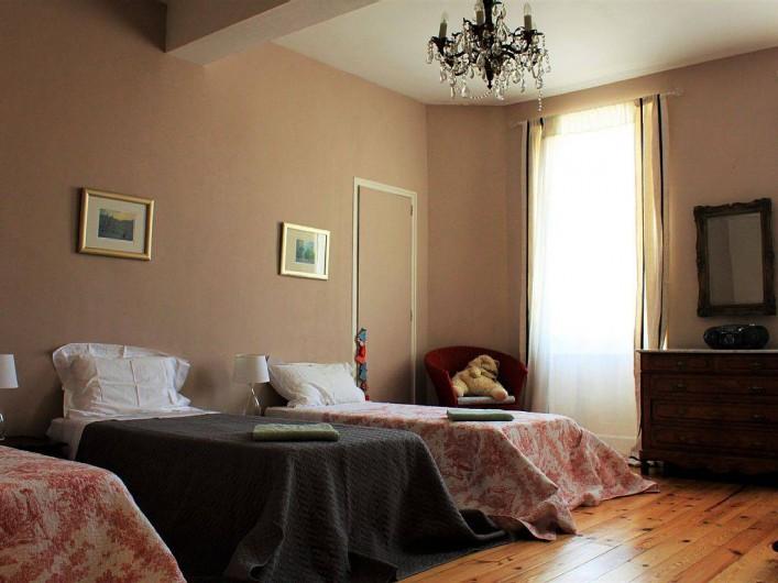 Location de vacances - Villa à Bram - Chambre a 3 lits, salle de bain familiale