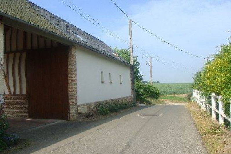 Location de vacances - Gîte à Nibas - entrée du gîte après le bâtiment : rue du pâtis