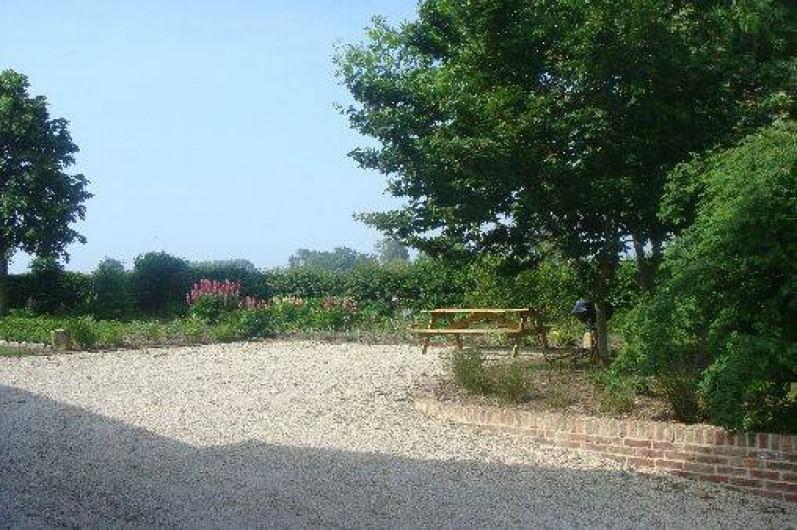 Location de vacances - Gîte à Nibas - cour devant le gite avec table de jardin