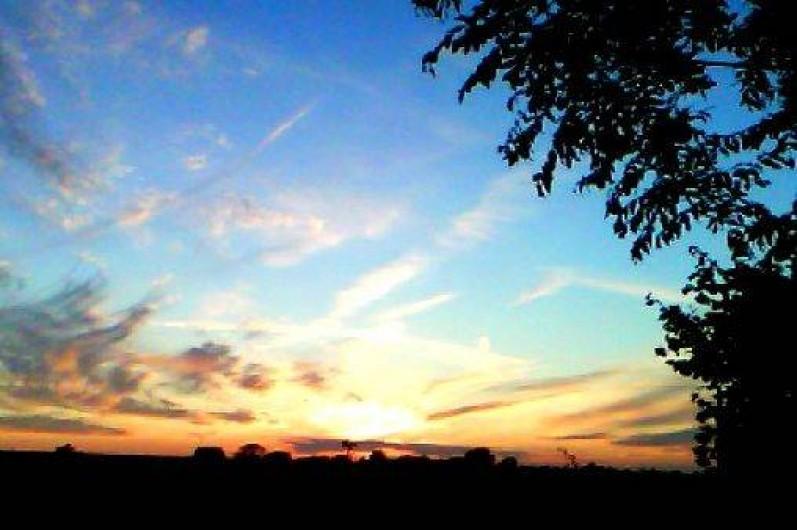 Location de vacances - Gîte à Nibas - le coucher de soleil face au gîte